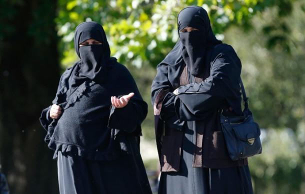 Two women wearing full-face veils walk in Regents Park in London (Reuters / Suzanne Plunkett)